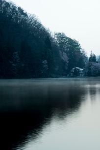 山影映す夜明けの中綱湖の写真素材 [FYI02462192]