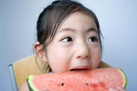 スイカを食べる女の子の写真素材 [FYI02462602]