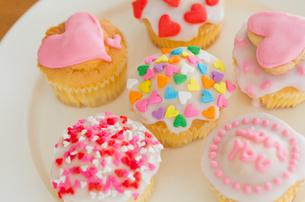 ハートのバレンタインアイシングカップケーキの写真素材 [FYI02463878]