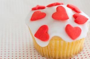 ハートのバレンタインアイシングカップケーキの写真素材 [FYI02463879]