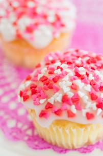 ハートのバレンタインアイシングカップケーキの写真素材 [FYI02463931]