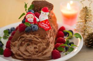 ブッシュドノエルのデコレーションクリスマスケーキの写真素材 [FYI02464114]