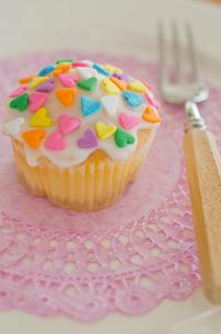 ハートのバレンタインアイシングカップケーキの写真素材 [FYI02464358]