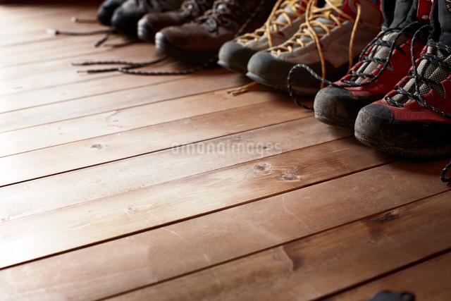 山小屋の中に置かれた紐をほどいた4足のトレッキングシューズの写真素材 [FYI02464544]