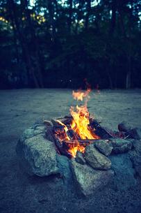 キャンプ場でたき火をしている様子の写真素材 [FYI02464567]