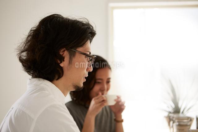 ダイニングキッチンでくつろぐ男女の写真素材 [FYI02464622]