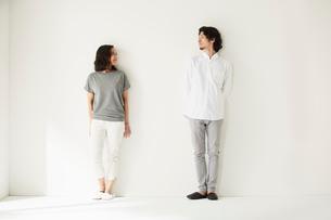 壁前に立つ男女二人の写真素材 [FYI02464677]