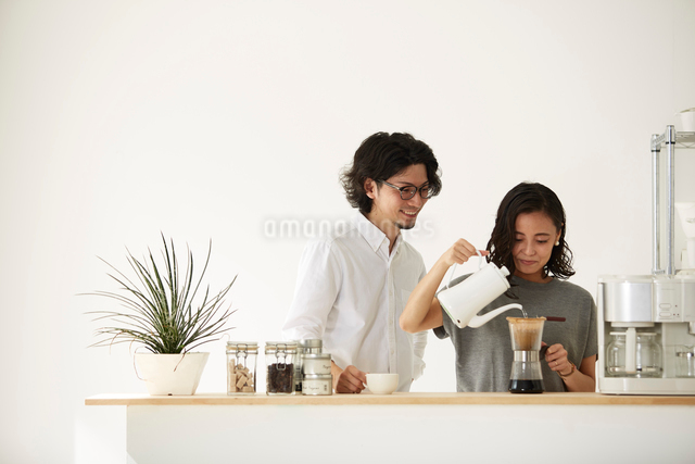 ダイニングキッチンでくつろぐ男女の写真素材 [FYI02464750]
