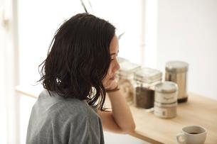 ダイニングキッチンでくつろぐ女性の写真素材 [FYI02464774]