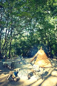 キャンプ場に貼られたティピー型のテントの写真素材 [FYI02464784]