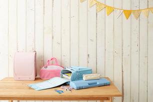 テーブルの上に置かれたランドセルと学童用品の写真素材 [FYI02464860]