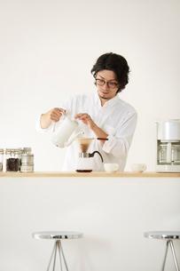 ダイニングキッチンでくつろぐ男女の写真素材 [FYI02464873]