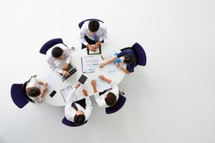 ミーティングをする6人の会社員の写真素材 [FYI02464998]