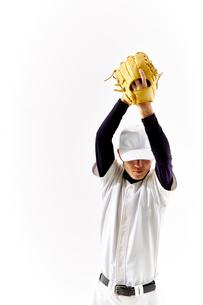 ボールを投げようとしている野球のユニフォームを着た男性の写真素材 [FYI02465054]