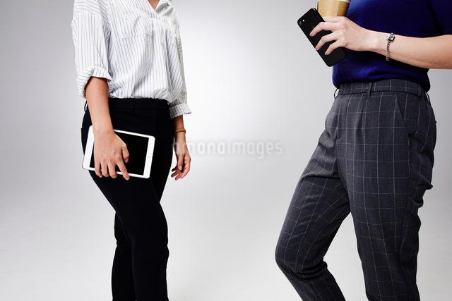 タブレットなどを持って立つキャリアウーマン2人の写真素材 [FYI02465059]