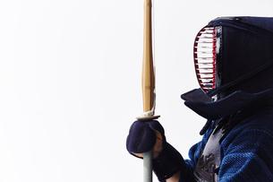 剣道の構えをする道着を着た男性の写真素材 [FYI02465145]