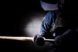 剣道の構えをする道着を着た男性の写真素材 [FYI02465183]