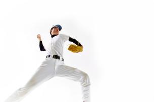 ボールを投げようとしている野球のユニフォームを着た男性の写真素材 [FYI02465188]