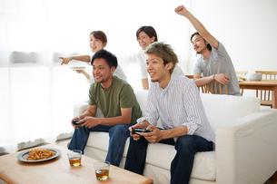 ゲームに盛り上がる男女グループの写真素材 [FYI02465210]