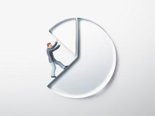 透明の円グラフを支えるビジネスマンの写真素材 [FYI02465218]