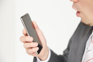 スマートフォンを操作するサラリーマンの写真素材 [FYI02465221]
