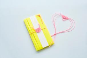水引で作られたピンク色のハートと黄色のご祝儀袋の写真素材 [FYI02465230]