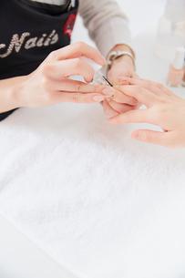 お客さんの爪にマニキュアを塗るネイリストの手元の写真素材 [FYI02465283]