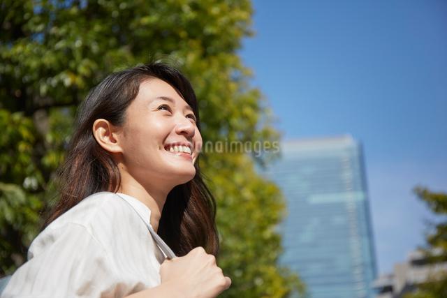 空を見上げて笑う女性の写真素材 [FYI02465286]