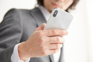 スマートフォンを操作するサラリーマンの写真素材 [FYI02465321]
