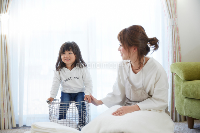洗濯物をたたむ親子の写真素材 [FYI02465328]