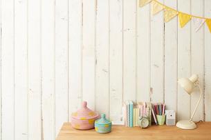 板壁の前に置かれたテーブルとその上にある学童用品の写真素材 [FYI02465343]