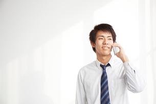 スマートフォンで電話をする男子高生の写真素材 [FYI02465362]
