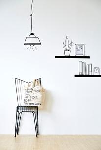 マスキングテープのイスとカバンとペンダントライトと飾り棚のイラスト素材 [FYI02465384]