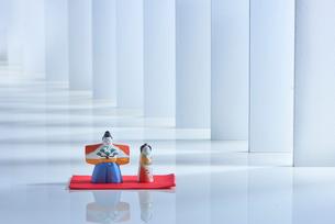 複数の壁が並んだ白い空間に飾ってあるお雛様とお内裏様の写真素材 [FYI02465386]