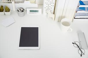 白いテーブルの上に置かれたタブレット端末の写真素材 [FYI02465408]