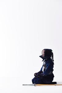 竹刀の横に正座する道着を着た男性の写真素材 [FYI02465417]