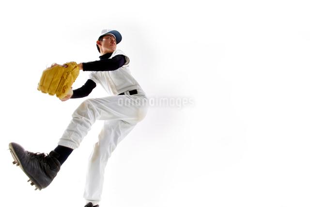 ボールを投げようとしている野球のユニフォームを着た男性の写真素材 [FYI02465424]