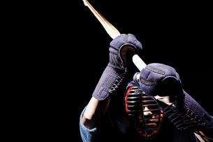 竹刀を振りかざす道着を着た男性の写真素材 [FYI02465434]
