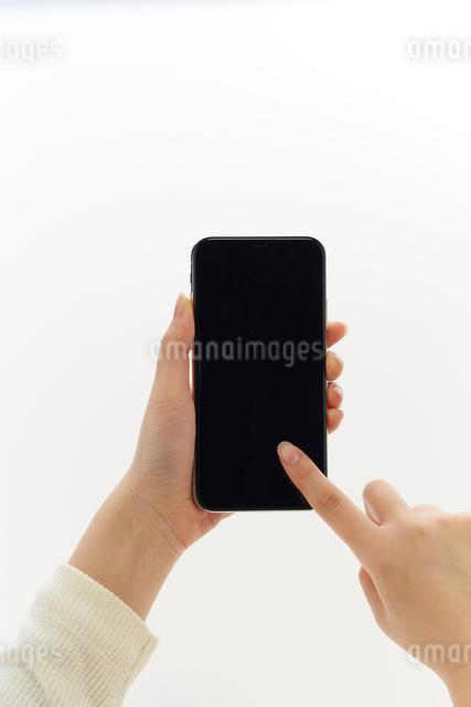 新しいスマートフォンを操作する人の写真素材 [FYI02465450]
