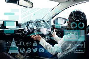 自動運転車に乗る女性の写真素材 [FYI02465455]