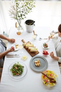 食事をする男女の写真素材 [FYI02465465]