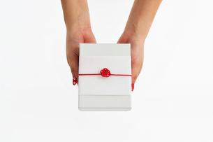 水引の飾りが付いたギフトボックスを持つ女性の写真素材 [FYI02465492]