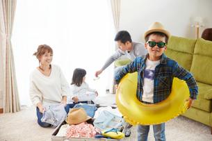 海に行く準備をする家族の写真素材 [FYI02465566]