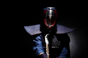 剣道の構えをする道着を着た男性の写真素材 [FYI02465605]