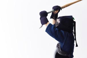 竹刀を振りかざす道着を着た男性の写真素材 [FYI02465634]