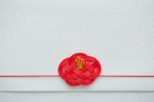 水引で作られた赤い色の椿の写真素材 [FYI02465775]