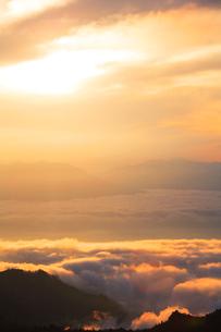 雲海と金山の写真素材 [FYI02465798]