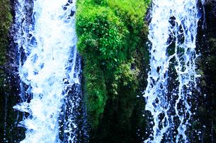 滝状の岩清水の写真素材 [FYI02465899]