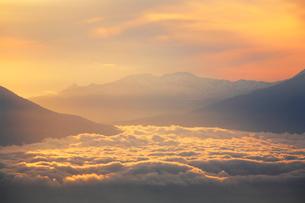 雲海と金山の写真素材 [FYI02466110]