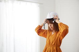 ヘルメットを被ろうとしている女性の写真素材 [FYI02466123]